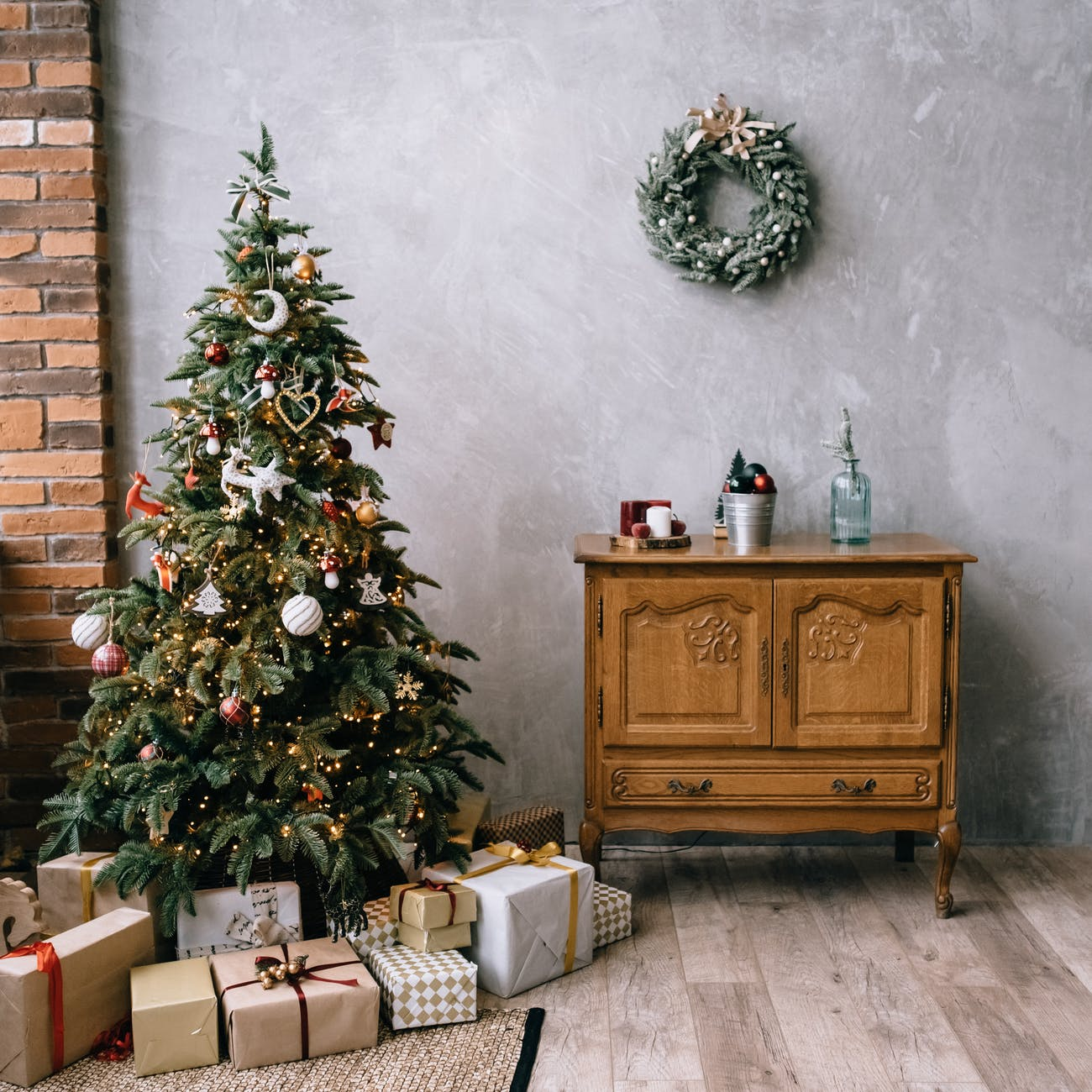 cozy room with christmas tree and decorations cheap gifts for travellers